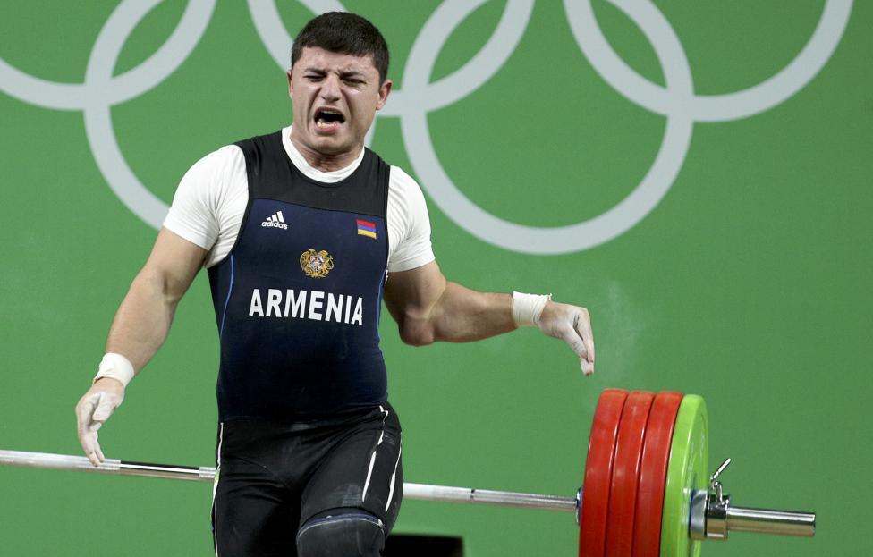 2. Армянский тяжелоатлет Андраник Карапетян вывернул левый локтевой сустав выполняя толчок 195 килограммовой штанги.