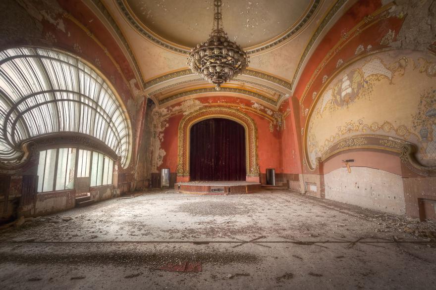 4. Сцена балетного зала и театра.