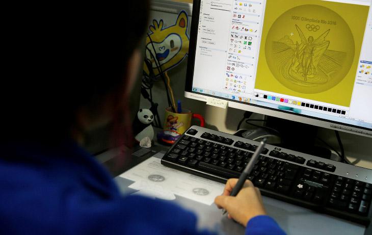 2. Художники работают над дизайном медали в графическом компьютерном редакторе.