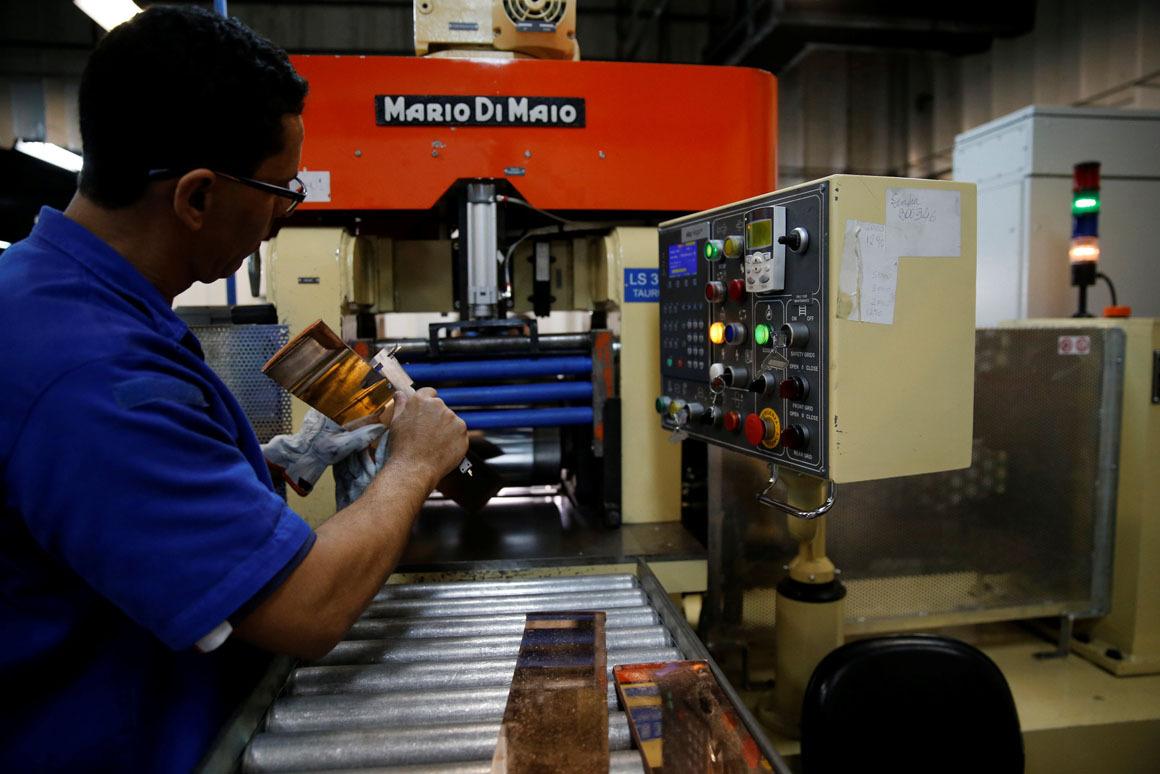 5. Рабочий проверяет пластины для формы на наличие дефектов.