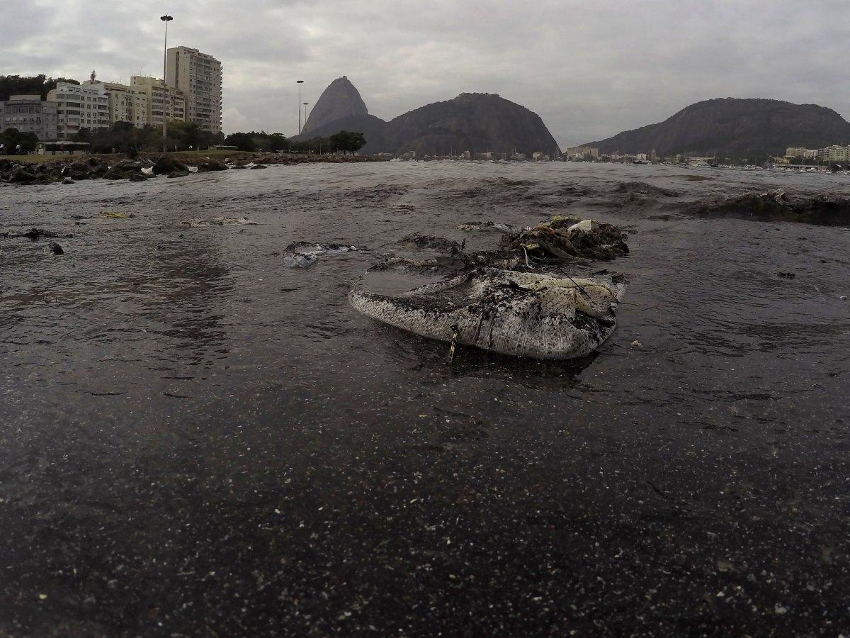 13. Врач Даниэль Беккер из Рио-де-Жанейро сказал, что эти спортсмены «буквально плавают в человеческих испражнениях».