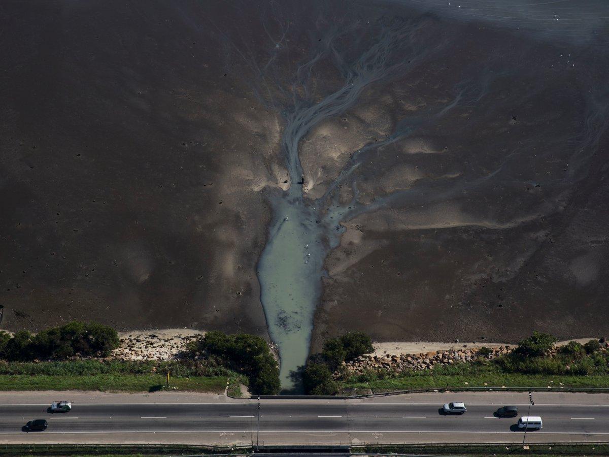 2.Проблема загрязнения для Рио не нова. «Прошло несколько десятилетий и я не вижу никаких улучшей», - говорит бразильский биолог и активист-эколог Марио Москателли. На фото сточные воды впадающие в залив Гуанабара.