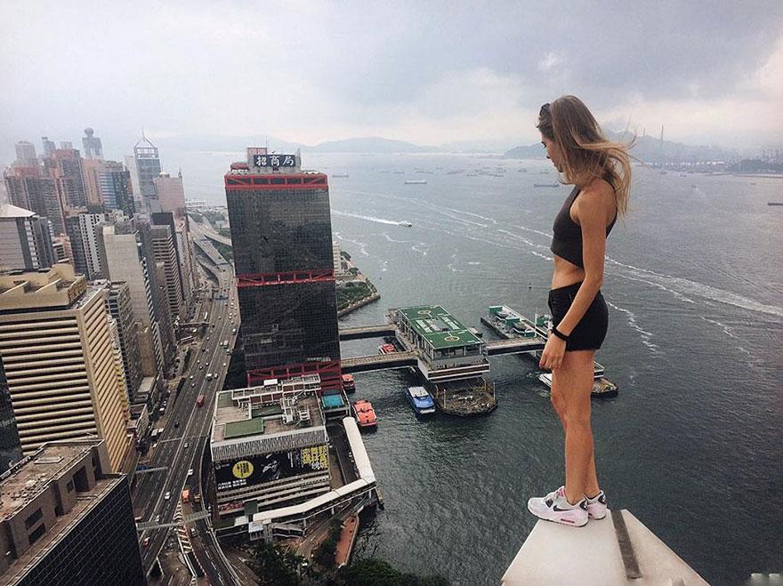 4. Опасные селфи Ангелина начала делать на российских высотках, но сейчас по фотографиям можно видеть, что девушка покоряет и другие страны.