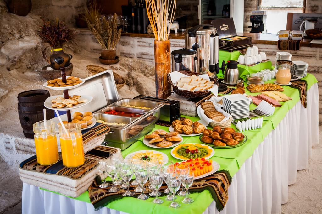 10. В меню всегда есть деликатесы. Ресторан открывается три раза в день, на завтрак, обед и ужин.