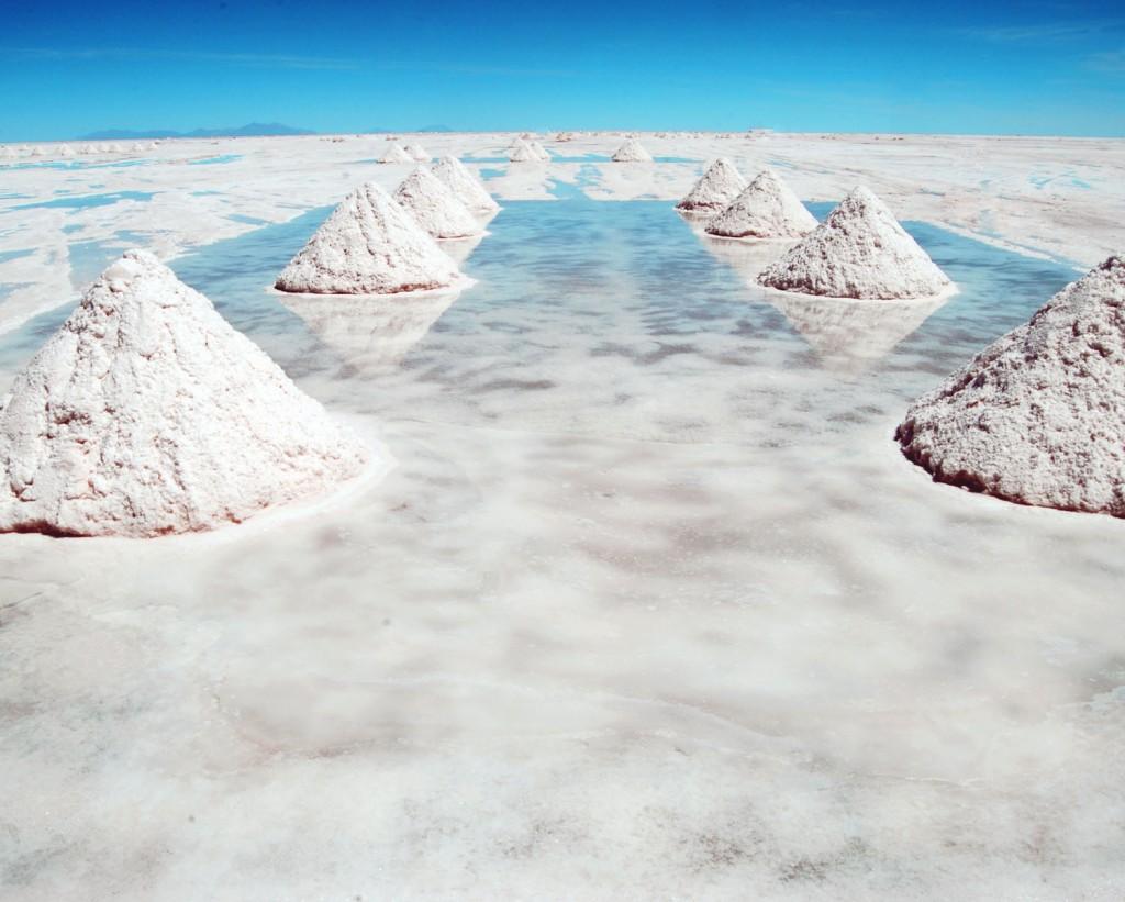 3. Рядом с отелем – соленое озеро Салар-де-Уюни, которое представляет собой почти десять тысяч квадратных километров соли.