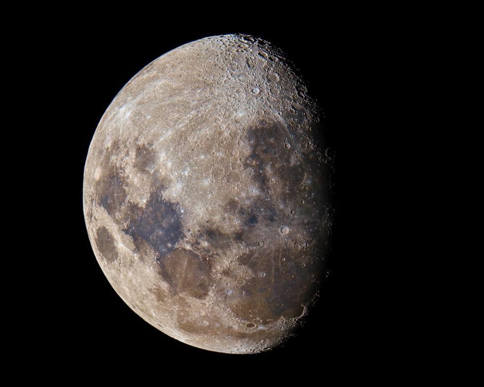 2. «Скрытые цвета Луны».