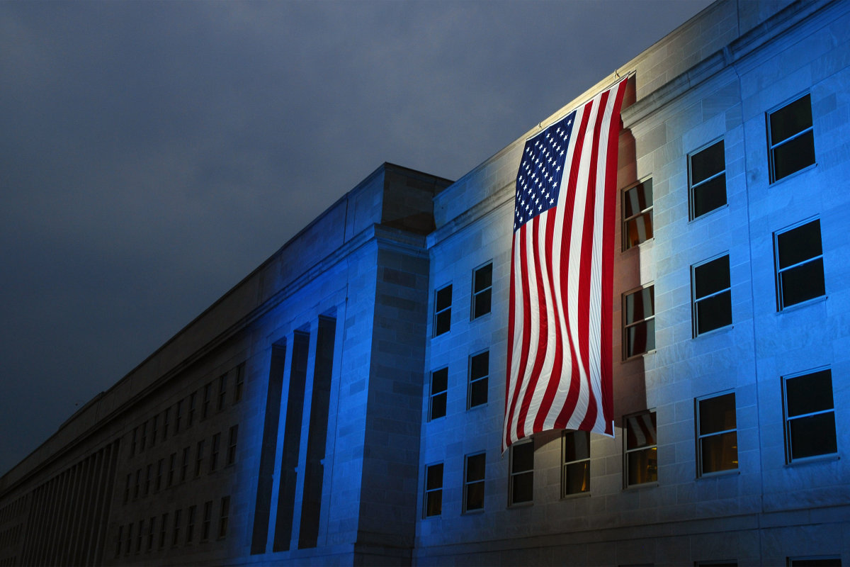 11. Пентагон, в память жертв, вывесил мемориальный флаг.