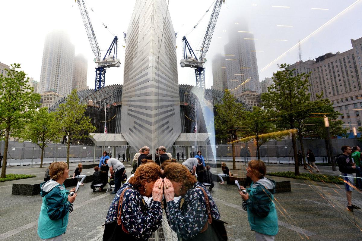 3. Конечно, больше всего посетителей в этот день пришло к Национальному мемориалу и музею 11 сентября, который расположен на месте бывших башен-близнецов.