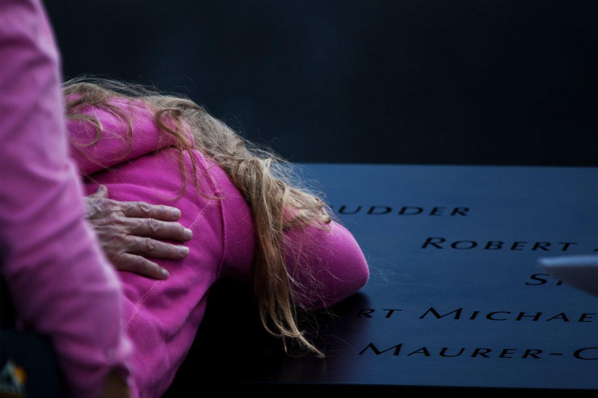 7. Многие пришли почтить память своих близких, которые погибли в этот день.