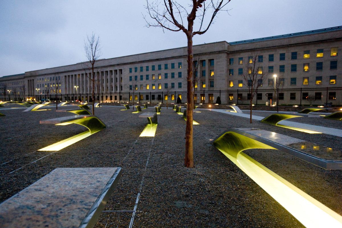9. Мемориал Пентагона — мемориал, расположенный к юго-западу от Пентагона, округ Арлингтон, Виргиния, также зажег свои огни.