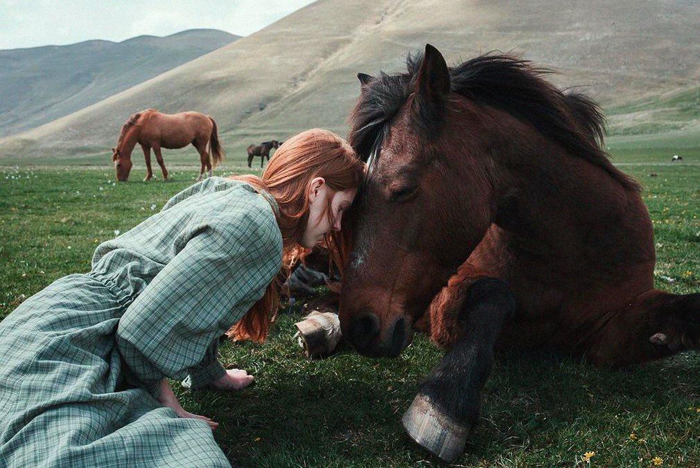 4. Фотография: @alessioalbi. Девушка с лошадью.