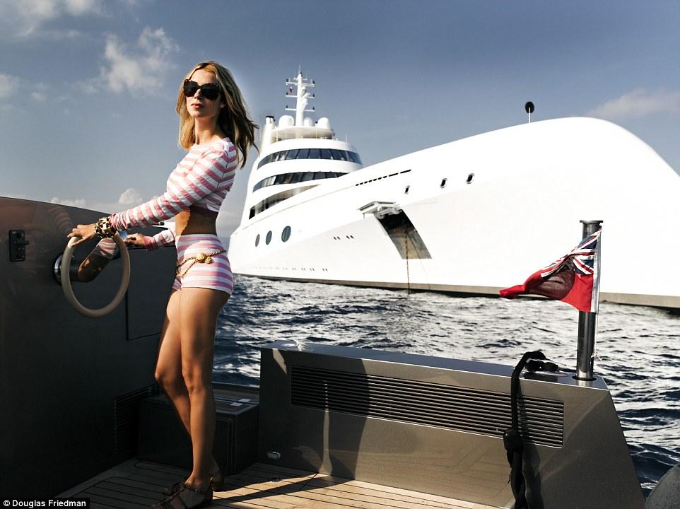 1. На фото жена олигарха – Александра Мельниченко.
