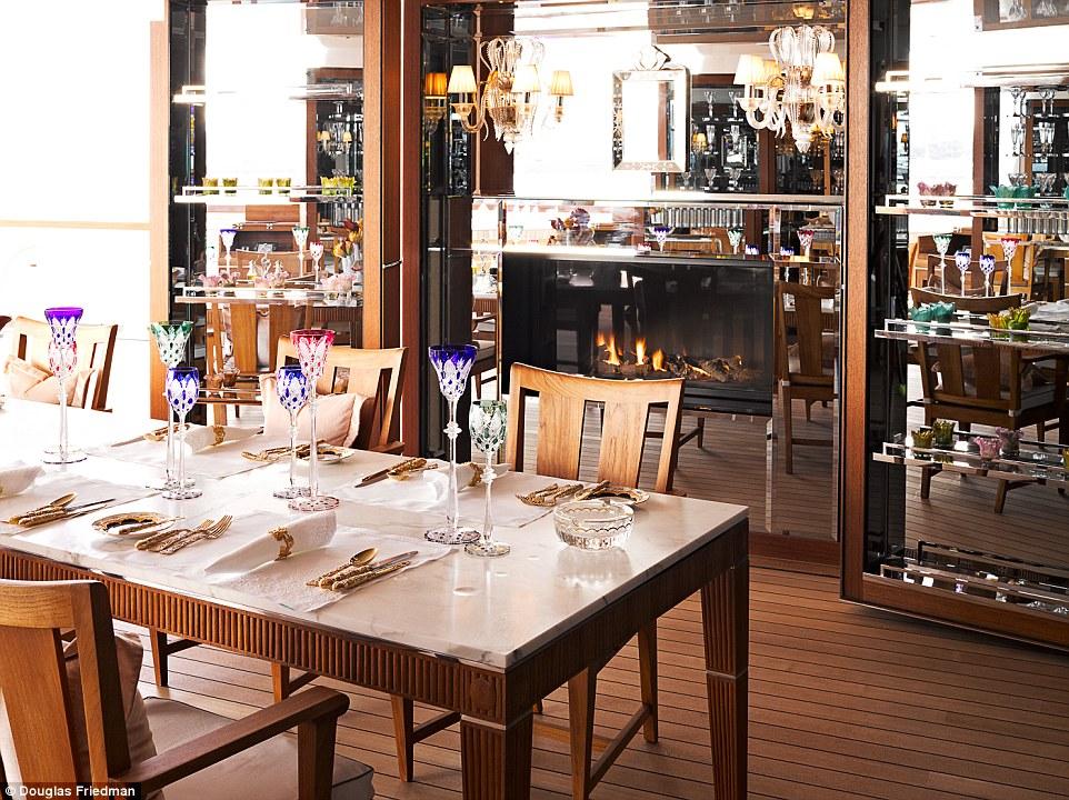 16. Гости на борту получают самые вкусные блюда и изысканные вина.