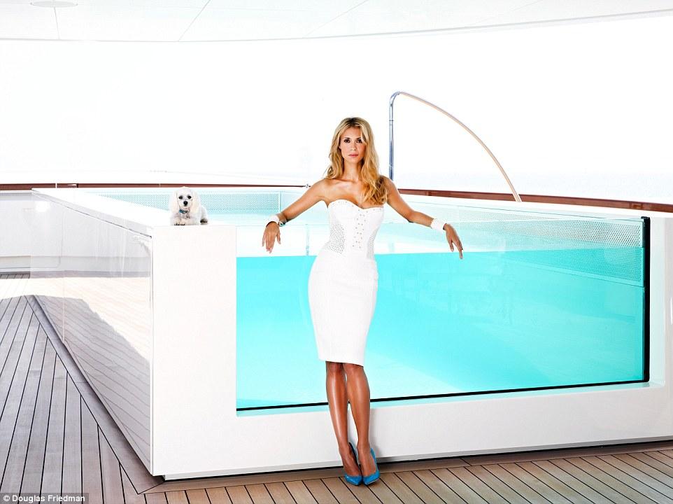 7. Конечно же на яхте есть бассейн. Да не один, а целых три, на выбор.