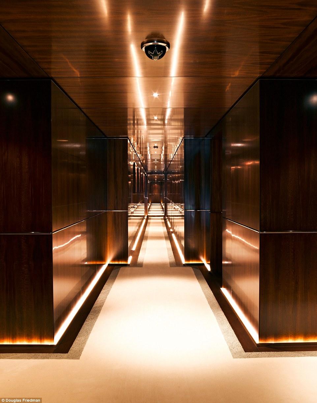 9. Внутри яхта обшита деревянными панелями.