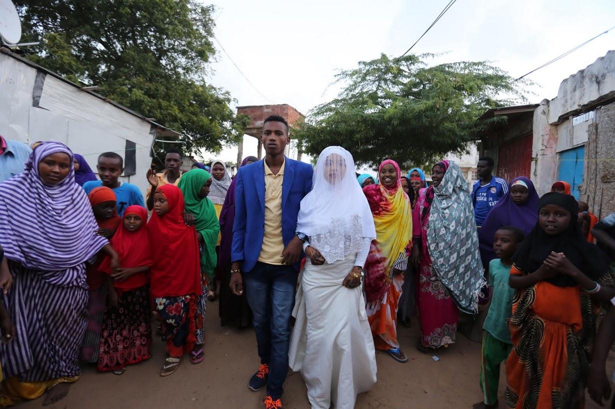 1. Молодые познакомились два года назад в лагере, где проживает 400 семей. Большинство из них, также как и родители Нура, пришли в лагерь в начале 90-х, спасаясь от голода.