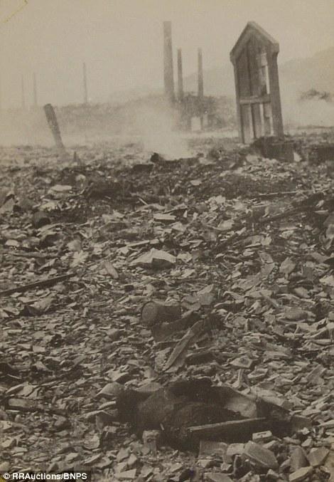 10. «Я поднялся на небольшой холм, чтобы окинуть город взглядом. Он был сожжен. Все было в маленьких кострах», вспоминает фотограф в своем интервью в 1962 году.