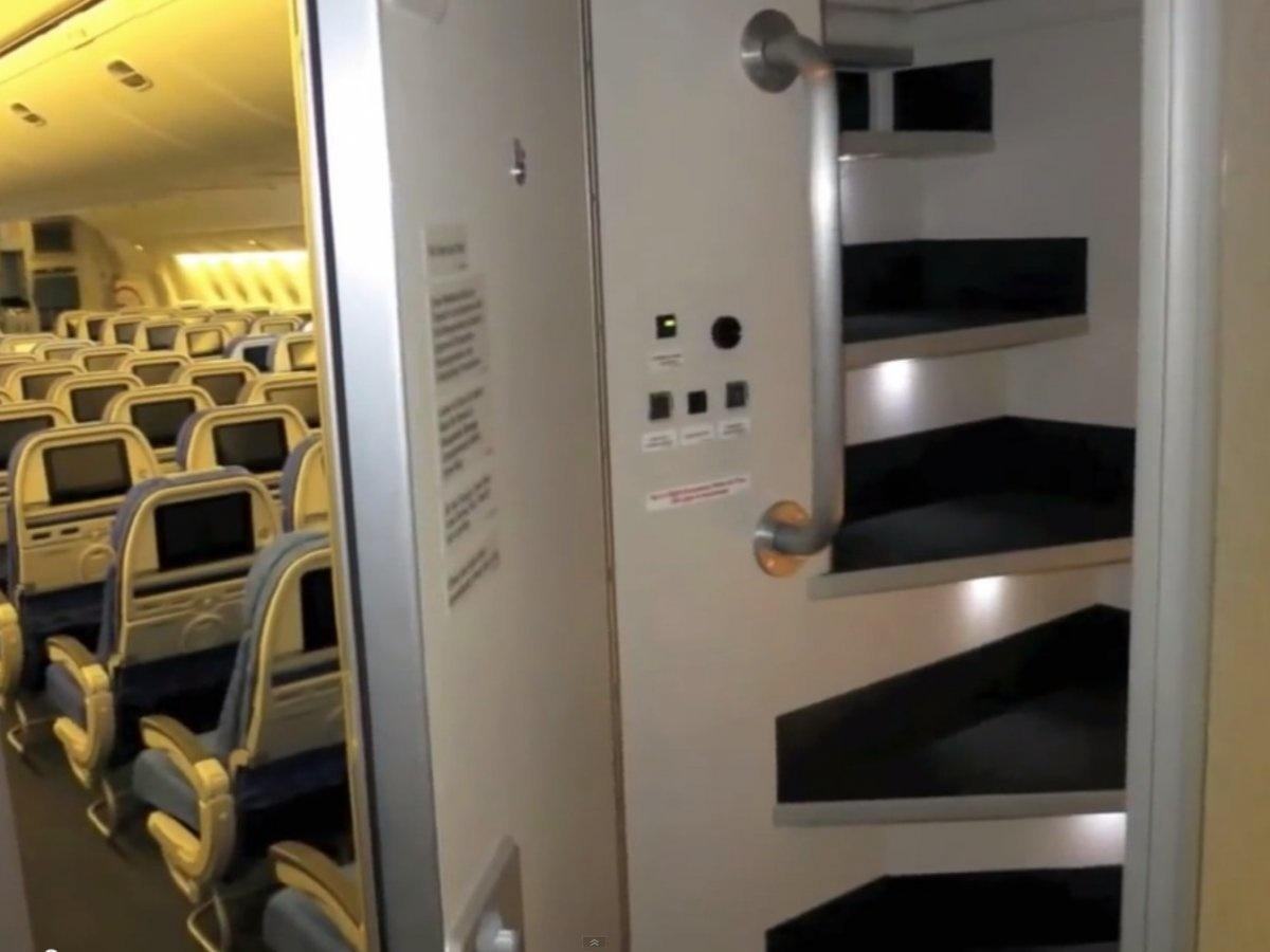 4. Наверняка многие из вас видели дверь, ведущую в эту комнатку. За дверью находится лестница, по котором можно забраться в этот отсек и вздремнуть.