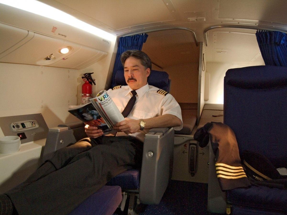 8. Для пилотов есть отдельная спальная зона.