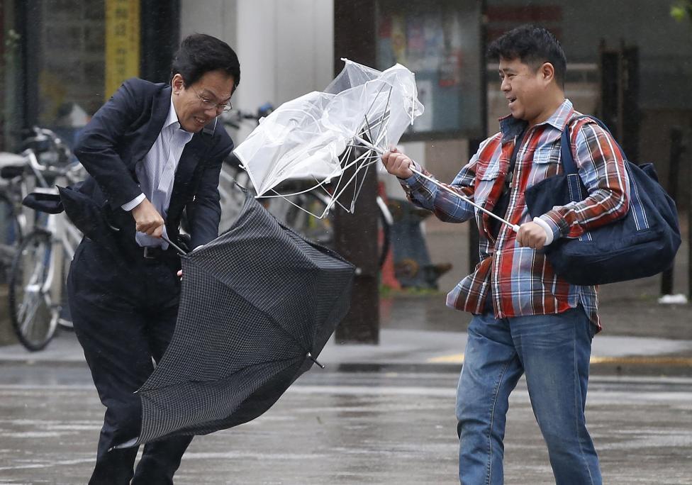 3. Сломанные зонты и сильный ветер с дождем, вызванные приближающимся тайфуном Випха, Токио.