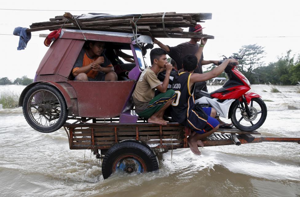 5. Затопленное тайфуном шоссе не севере Филиппин.
