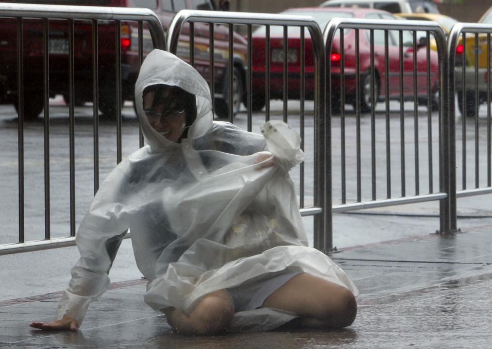 6. Ветер может быть такой силы, что сбивает с ног. Тайфун Моракот в Тайбэе в 2009 году.