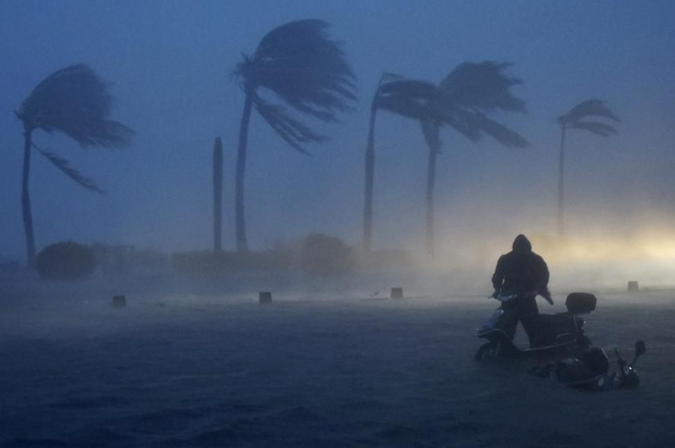8. Скутер из-за сильного ветра просто не может ехать. Китай, 2014 г.