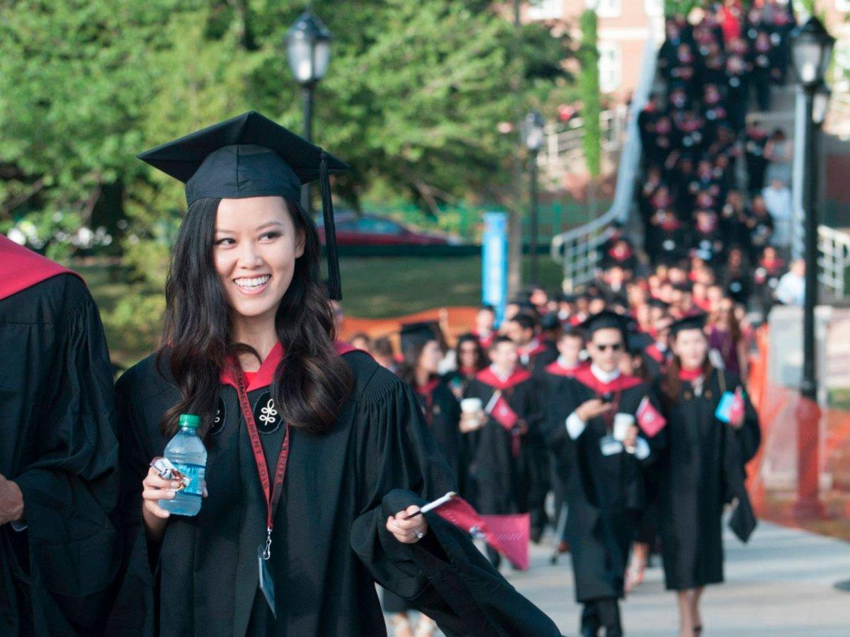 5. Гарвардский университет и Гарвардская школа бизнеса в представлении не нуждаются. Процент выпускников работающих на Уолл-Стрит – 2,4%. Выпускниками школы бизнеса в Гарварде были многие политики и знаменитости, такие как Тайра Бэнкс, Джордж Буш, Митт Ромни и Майкл Блумберг.