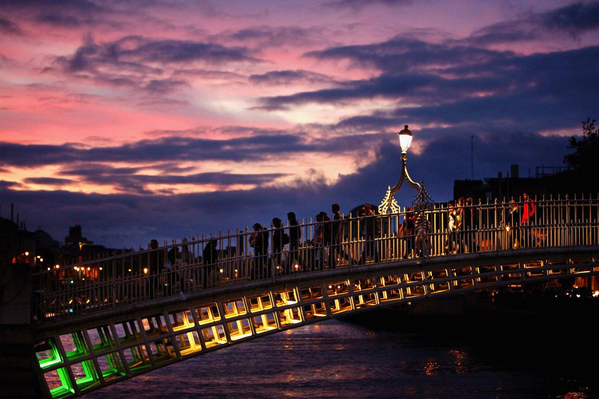 1. Вечерняя прогулка по мосту через реку Лиффи, которая протекает через центр Дублина, столицы Ирландии.