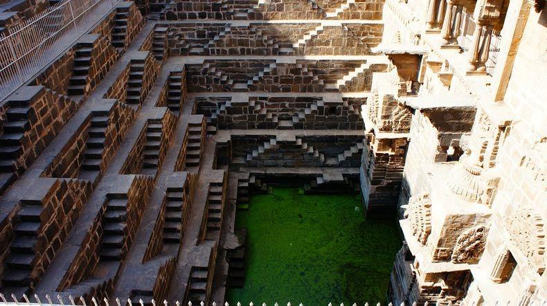 3. Колодец был построен в 9-м веке королем Чанда династии Никумбха, чтобы обеспечить окружающие его районы надежным источником воды.