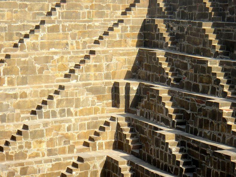 8. Колодец также носит название Бавди или Баори. Само строение является уникальным для Индии.