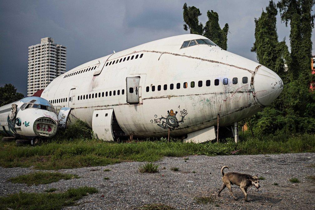 1. Пустырь на Рамкамхенг-роуд в восточном Бангкоке местные жители называют «кладбищем самолетов»