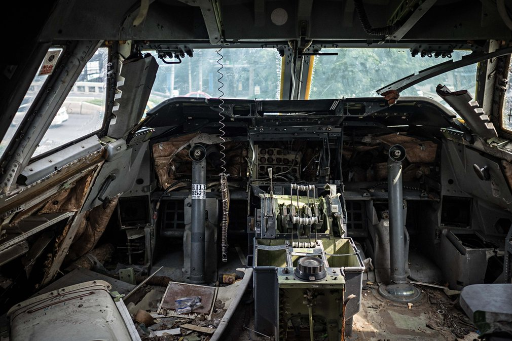 6. Пустая кабина самолета.