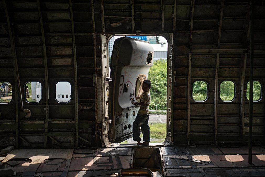 7. Все самолеты почти полностью разобраны. С них снята обшивка, огни и иллюминаторы.