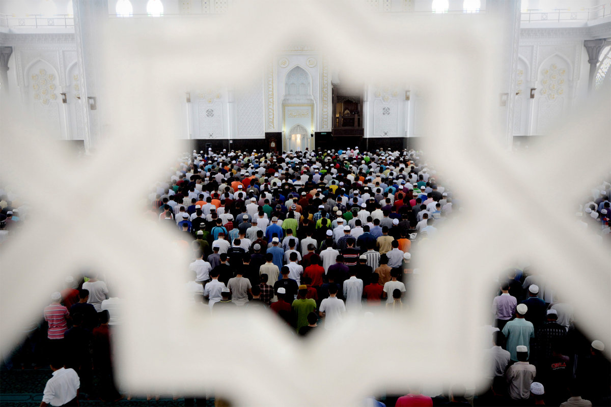 11. Мусульмане собираются на пятничные молитвы в мечети в международном аэропорту Куала –Лумпур.