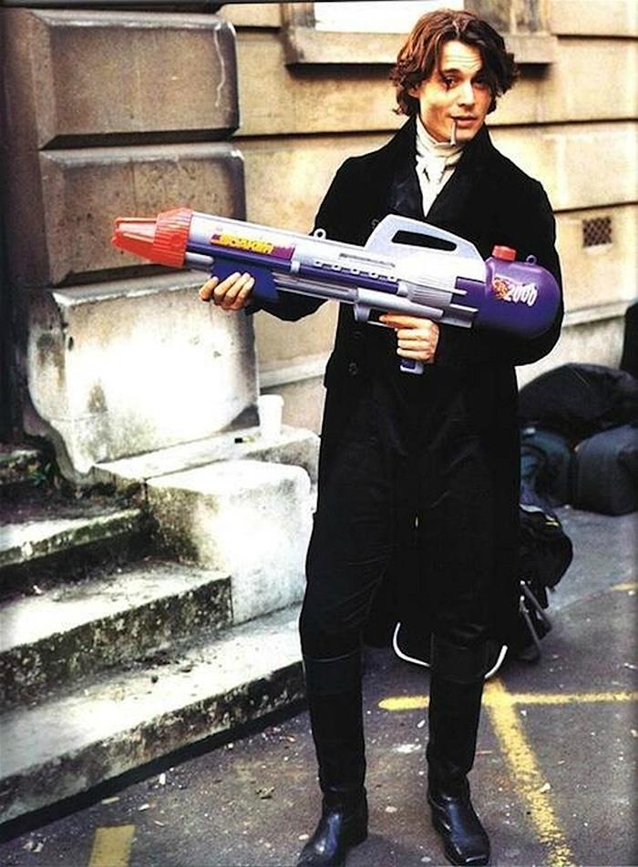 10. Джонни Депп устроил перекур на съемках фильма «Сонная лощина».