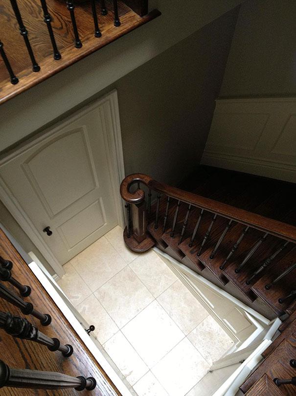 6. Лестница ведущая в стену.
