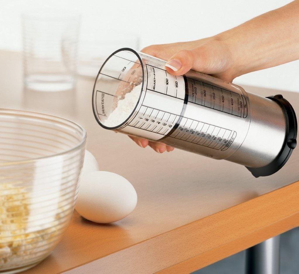 2. Регулируемый мерный стаканчик. Просто выставьте нужный объем и вам не придется использовать кучу чашек и кружек.