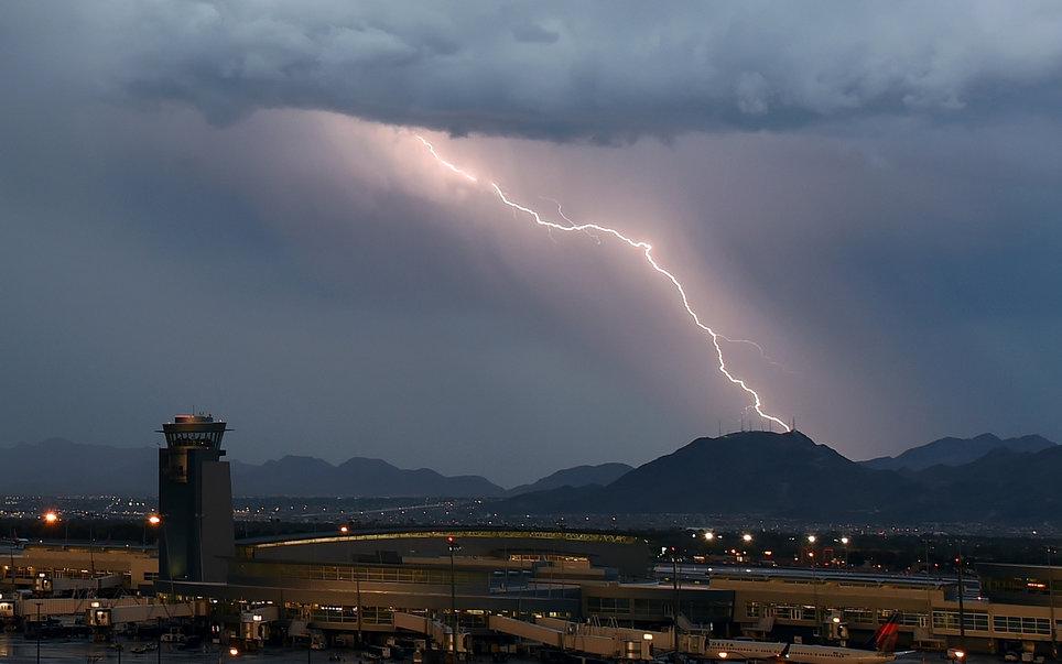 1. Самолеты могут выдерживать удары молний.