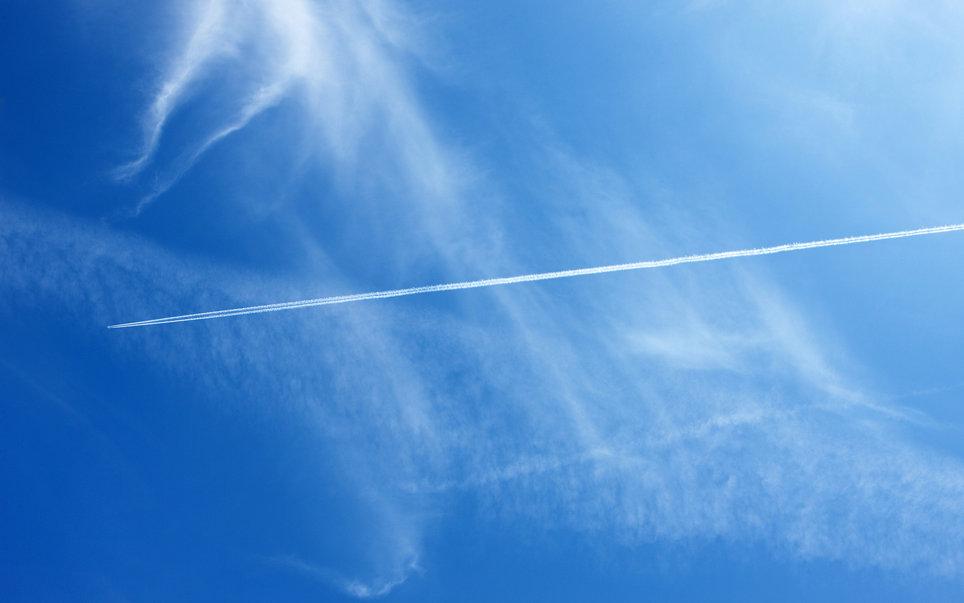 10. Белые полосы в небе от самолетов – это следы конденсации.