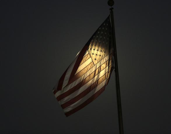 4. Лунный свет через флаг. Южной Эль-Монте, штат Калифорния. AP Photo/Nick Ut.