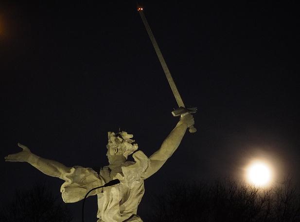 7. Волгоград, Россия. Супелуние над Мамаевым курганом. Дмитрий Рогулин / ТАСС.