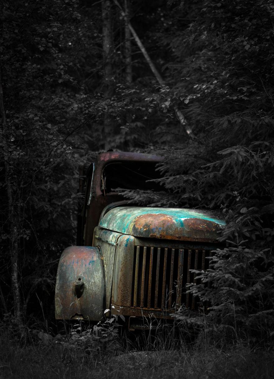 13. Брошенный грузовик.