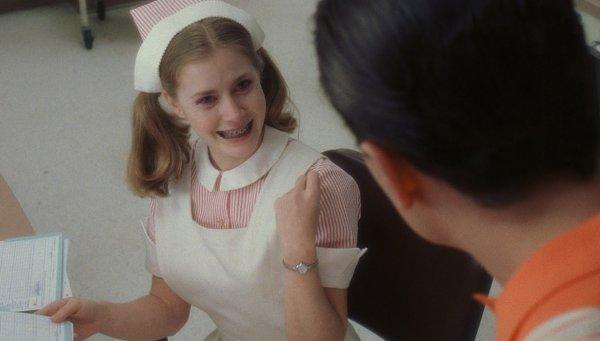 7. В фильме «Поймай меня если сможешь» Бренда носит брекеты, которые появились в 70-е, а фильм о 60-х.