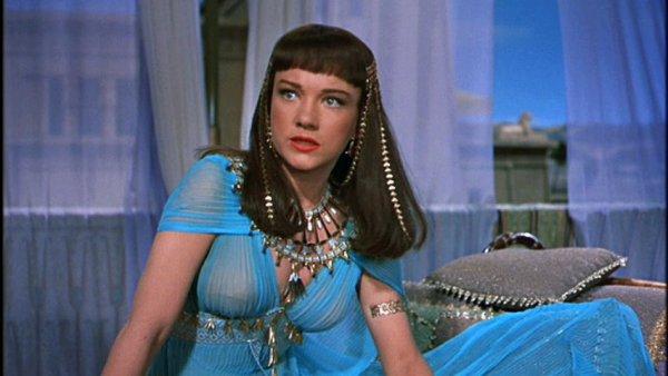 9. Платье Нефертити в фильме Десять Заповедей не было бы возможно, так как такой цвет красителя недоступен в природе.