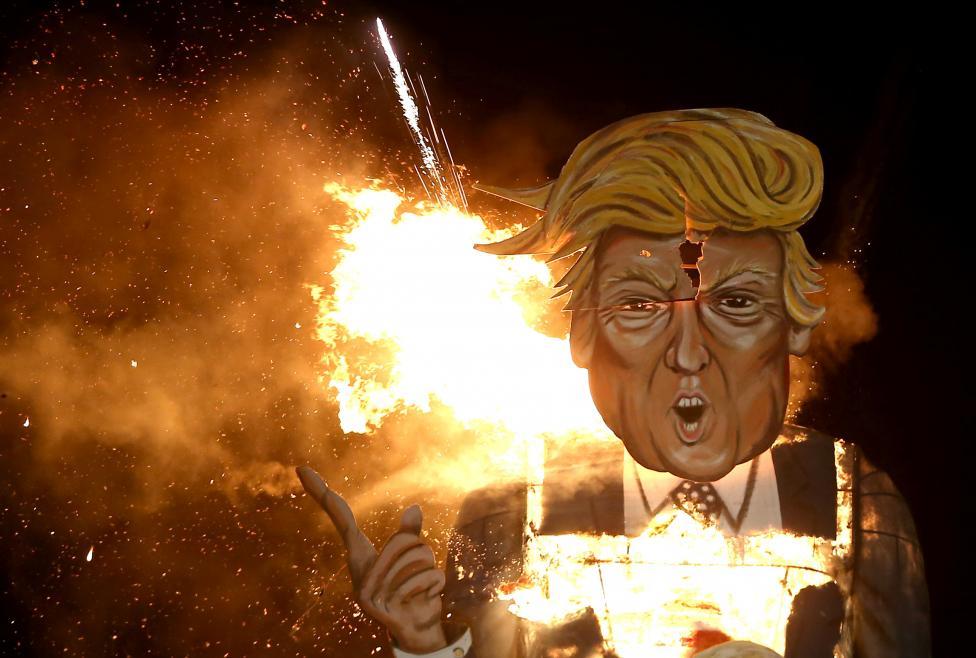 1. Чучело Дональда Трампа сжигают на торжестве в Эденбридже, Великобритания. Фото REUTERS / Neil Hall.