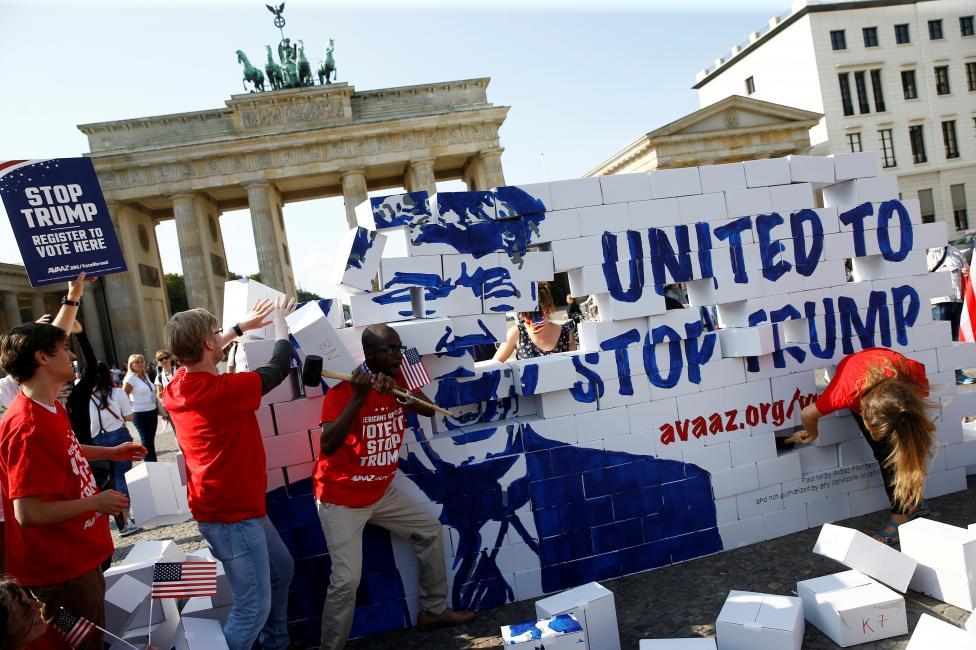 10. Картонная стена напротив Бранденбургских ворот возведенная с призывом к американцам, живущим в Берлине, пойти на выборы. Фото REUTERS / Axel Schmidt.