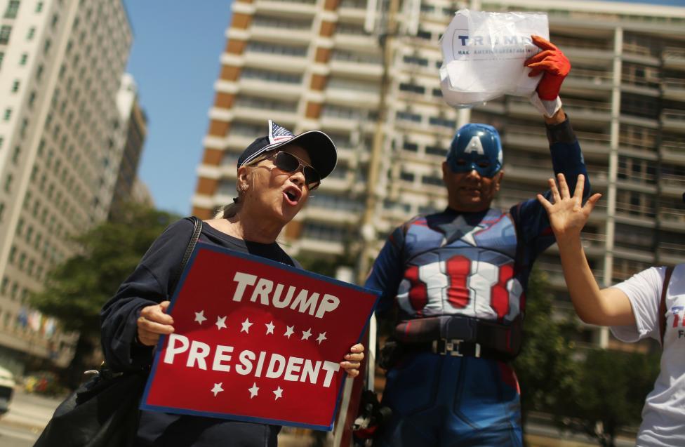 5. Сторонники Дональда Трампа держат таблички в его поддержку. Пляж Копакабана в Рио-де-Жанейро, Бразилия. Фото REUTERS / Pilar Olivares
