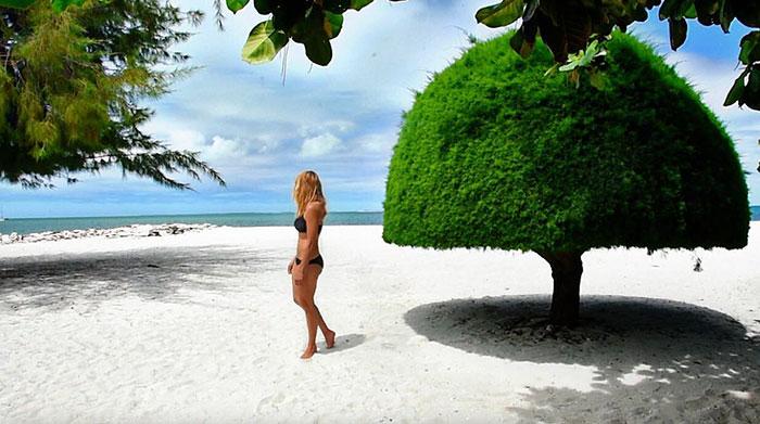 9. Также она отдыхала на многих красивых пляжах. Здесь Кассандра на берегу в Кирибати.