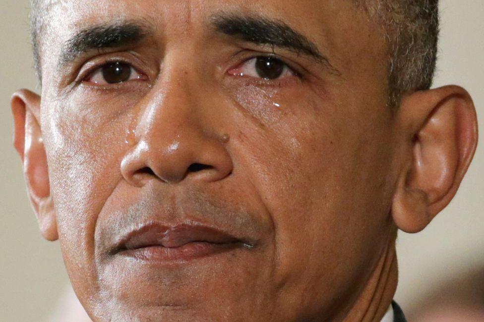 1. Январь. Слезы уже бывшего президента США Барака Обамы во время обсуждения контроля над огнестрельным оружием с родственниками жертв массового убийства в начальной школе Сэнди Хук.